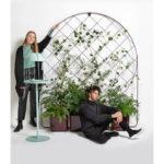 Väggspaljé Gro, med planteringskärl small och large som tillbehör. Design Mia Cullin. På bilden även Cacti fågelbord. Nyhet 2019