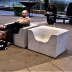 Concrete things fåtölj i ljusgrå betong. Design Komplot.