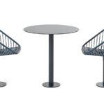 Korg fåtöljer med snurrfunktion tillsammans med Korg bord, design Thomas Bernstrand. Kulör Noir 2200 Sablé och grå/blå RAL 5008